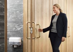 Méně je více – nový systém bezdutinkového toaletního papíru Tork Mid-size přináší řadu úspor