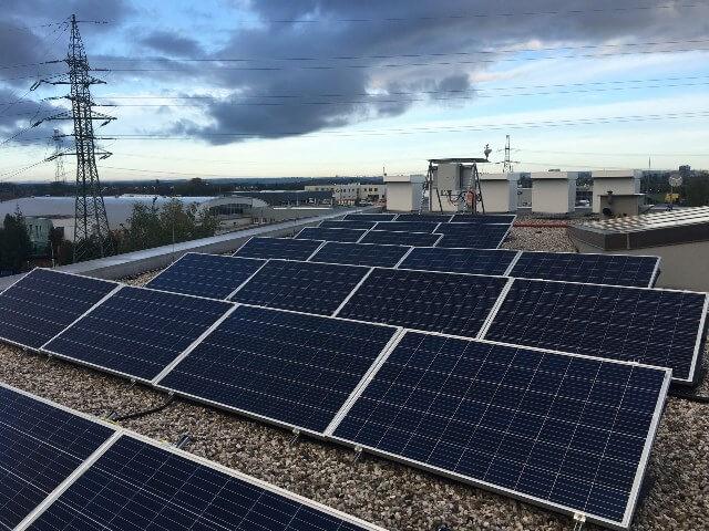 Střešní fotovoltaiky se stávají standardem pro střední třídu. ČEZ Prodej přichází společně s OIG s novým bateriovým systémem pro menší domy