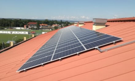 Montérům se hlásí další a další domácnosti a firmy se zájmem o fotovoltaiku, i v době pandemické krize