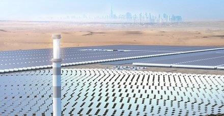 V Dubaji se tyčí centrální věž projektu koncentrované solární energie (CSP) o výkonu 700 MW