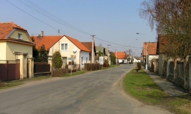 Obec Dřísy vsadila na udržitelné technologie:  Každá pátá domácnost zde topí tepelným čerpadlem. To bude mít i obecní úřad