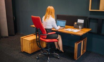 Čechům na účtech zůstávají úspory na dovolenou, mnozí je investují do domácí zdravé kanceláře