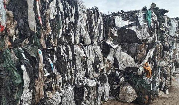 Zemědělské a komunální plasty už nemusí do spaloven. Lze je recyklovat na nákupní tašky nebo pytle na odpadky. Recyklaci ale drtí nízké ceny ropy