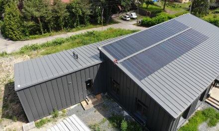 Společnost Dachdecker pro svůj nový showroom využila stavební systémy Lindab včetně solárního fotovoltaického systému Lindab SolarRoof