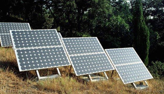 První železniční trasa na solární energii na světě funguje ve Velké Británii: Obnovitelný zdroj energie může být levnější než elektřina ze sítě, říkají odborníci