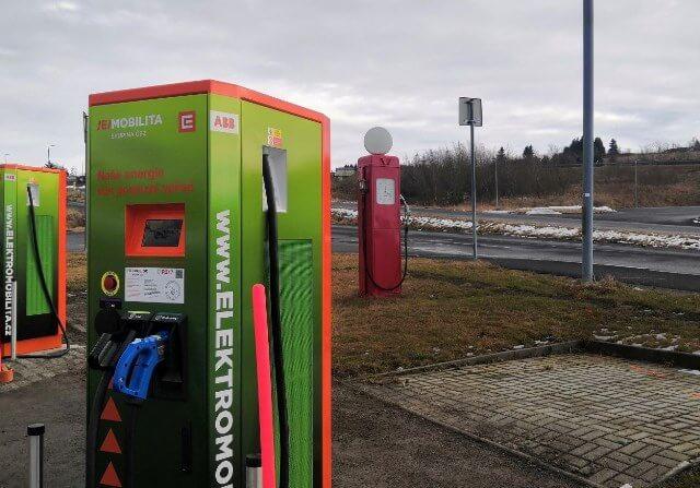 Boží Dar pro elektromobily. ČEZ otevírá nejvýše položenou rychlodobíjecí stanici v  republice