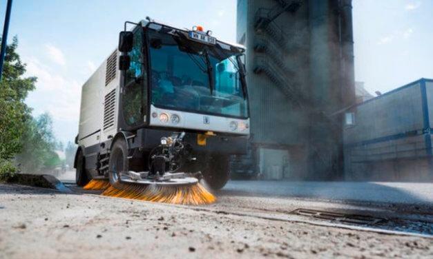 V České republice podceňujeme zametání. Neuklizený štěrk, písek a zbytky soli po zimě škodí zdraví lidí i životnímu prostředí