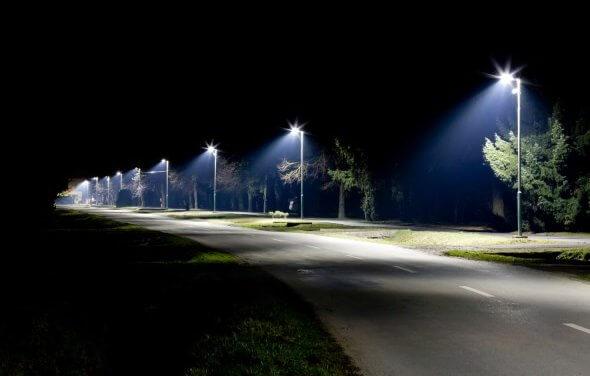 Moderní LED svítidla, snižování intenzity v noci i chytré řízení. Města a obce bojují proti světelnému znečištění