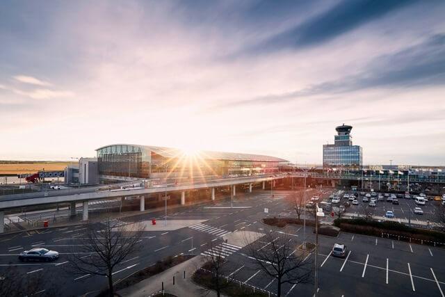 Úspornější motory, vodíkový pohon letadel. Letiště Praha kráčí k uhlíkové neutralitě