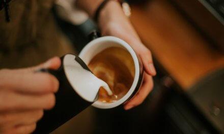 Noste si na kávu vlastní hrnek a šetřete umělým světlem, nabádá ve svých kampaních LANXESS