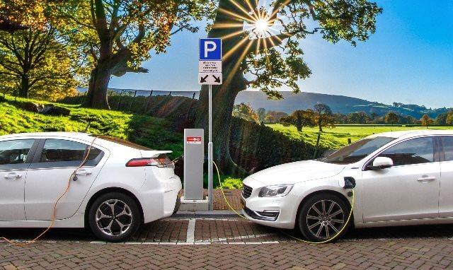 Nabíječky pro elektromobily přibývají i v obchodních centrech a firemních budovách
